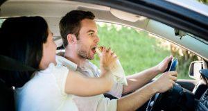 Γυναίκα τρέφει άνδρα ενώ οδηγεί